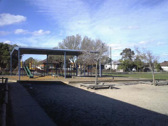どこの学校も芝の運動場があります。遊具スペースの足元は木屑で覆われ、安全に配慮されていますね。