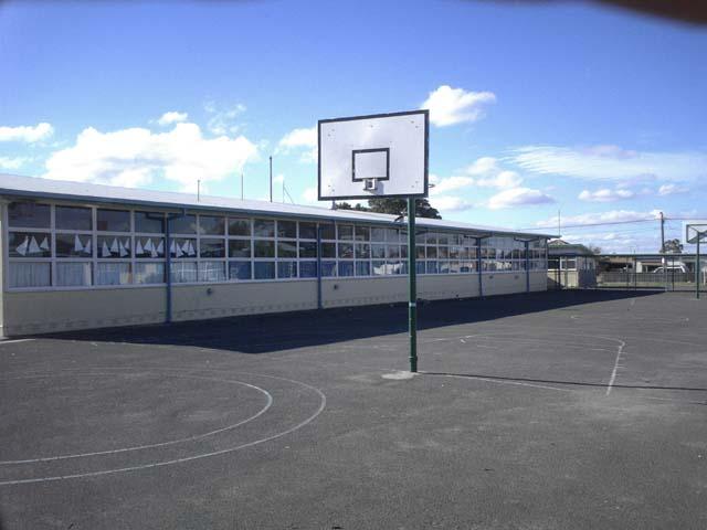 校舎とバスケットコート。今日の体育は体育館で行われていました。紫外線対策?