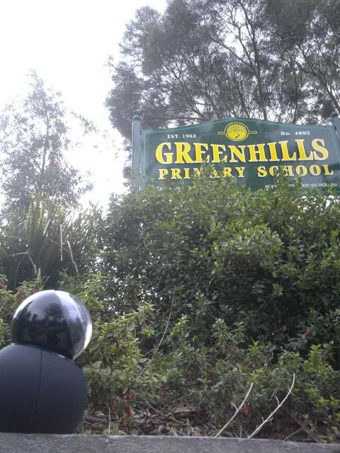 学校の入り口。確かに、緑多き丘の上だ・・・。今日はどんな子供たちと出会えるかな?