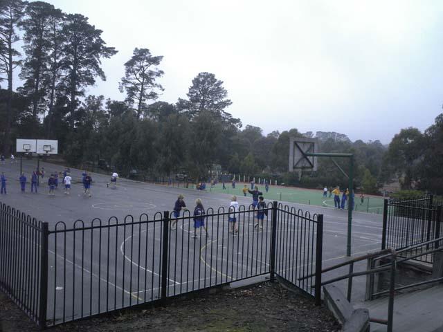 運動場が充実しているこの学校。芝のでっかいグラウンドのほかに、バスケットコートやテニスコートが!休み時間終了のチャイムぎりぎりまで必死に遊んでいました。