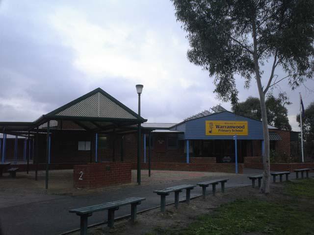 小学校の正面入り口。芝生のベンチが落ち着いていいですね〜。