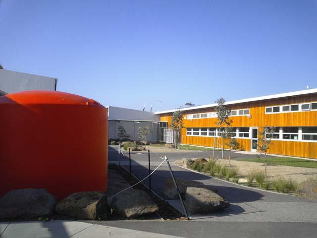 雨水をためる貯水タンク。それにしても、こんな学校に自分も通いたかったなぁ。